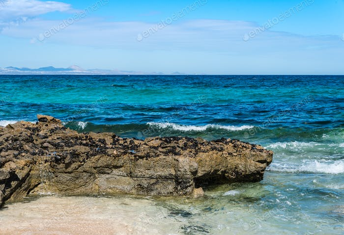Vista panorámica de las rocas en la playa contra el cielo, Fuerteventura, Islas Canarias.
