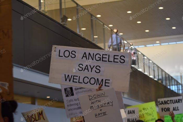 Activismo en el aeropuerto de Los Ángeles contra la prohibición de inmigración