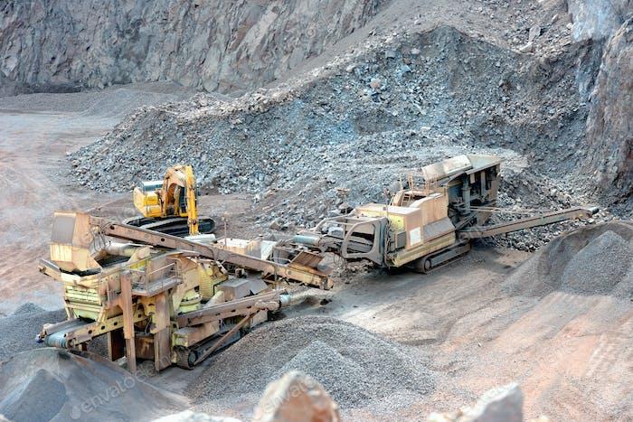 trituradora de piedra en una mina de superficie. Mina a cielo abierto. Cantera