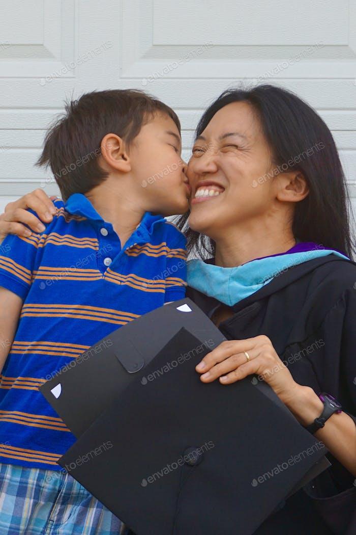 ( Nominiert) Glückwunsch Mama! Nie zu alt für lebenslanges Fortgeschrittenes Lernen und Graduiertenabschlüsse