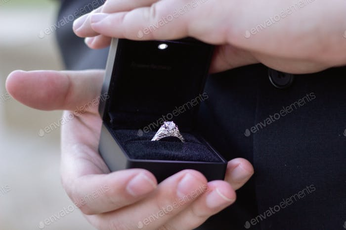 Verlobungsring im Karton