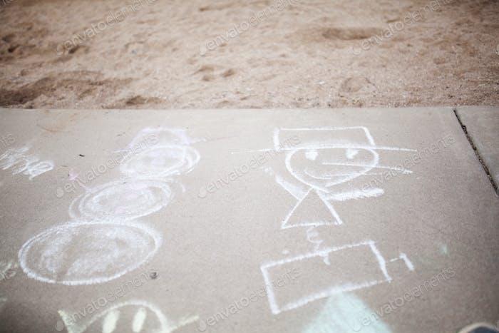 Kreidezeichnungen auf dem Bürgersteig am Spielplatz
