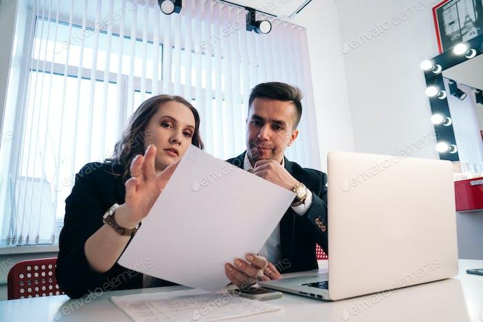 Mann und Frau, die Geschäfte machen