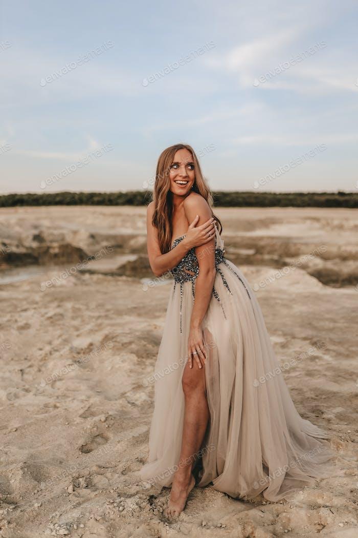 Mädchen; Frau; Kleid; sexy; sinnlich; Landschaft; Steinbruch; Landschaft; Blick; Wüste; Sand; Wildnis; lon