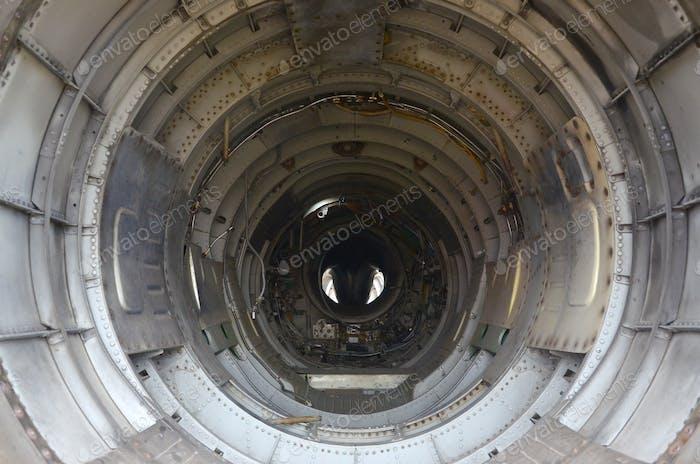 Die innere Metallauskleidung eines leeren Militärjägers. Innenansicht verlassener Flugzeuge
