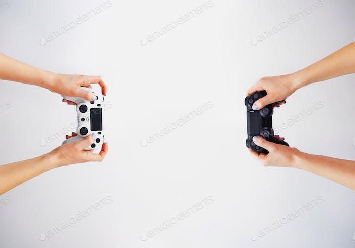 Gamepad en la mano. Vídeo juegos. Gamer. Concurso de juegos