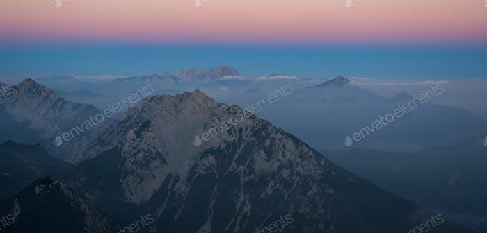 Lebendiger Sonnenuntergang in den Bergen
