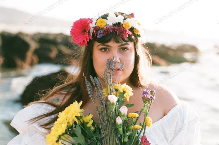 Hermosa Milly, etérea en la playa con flores. 💐