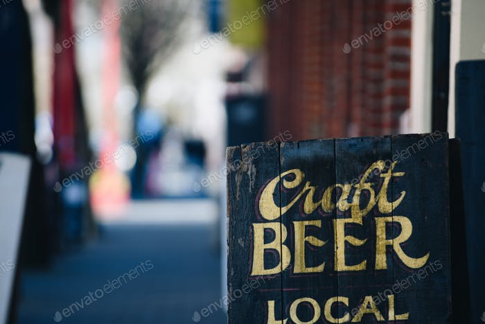 Local Craft Bier Werbeschild mit goldenem Schriftzug auf Stadtstraßenwerbung