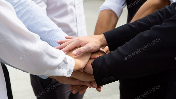 Manos a mano juntos como concepto de unidad