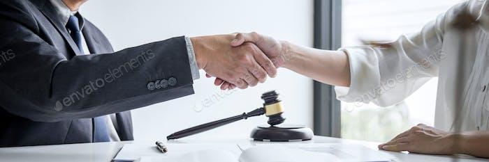 männlicher Anwalt und Geschäftsfrau Kunde, Handshake nach guter Abmachung, Gesetz und Rechtskonzept