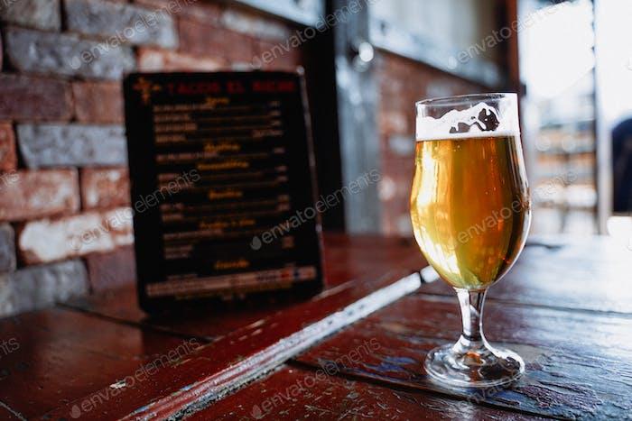 Eiskaltes, knackiges Craft Beer Pint Mikro Brauerei Verkostungsraum Happy Hour.