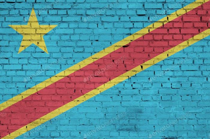 Die Flagge der Demokratischen Republik Kongo ist auf eine alte Ziegelmauer gemalt