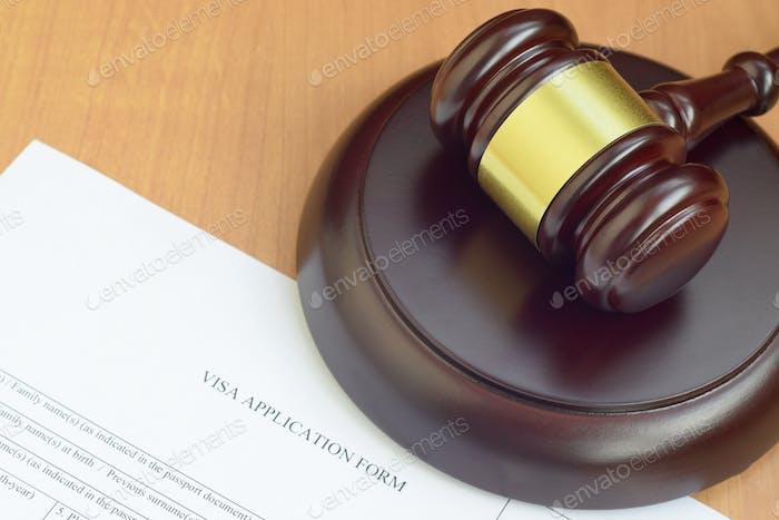 Mazo de justicia y formulario de solicitud de visado de cerca