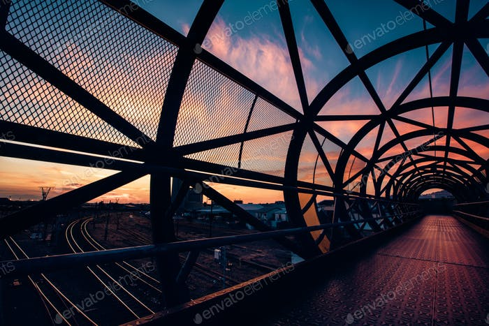dynamische Brücke bei Sonnenuntergang