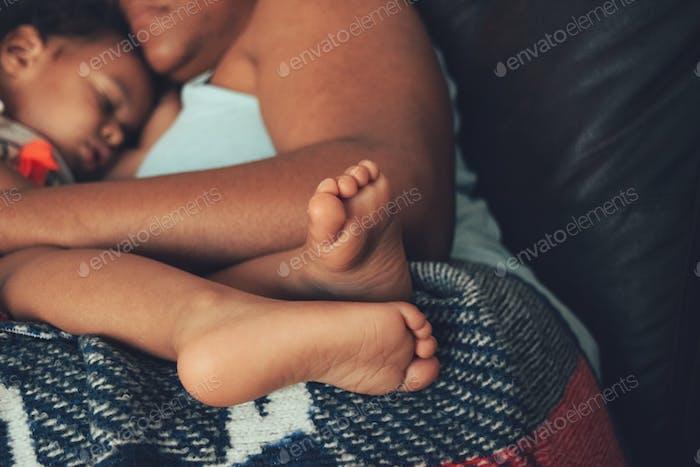 Kein besserer Platz zum Legen als auf Mami.