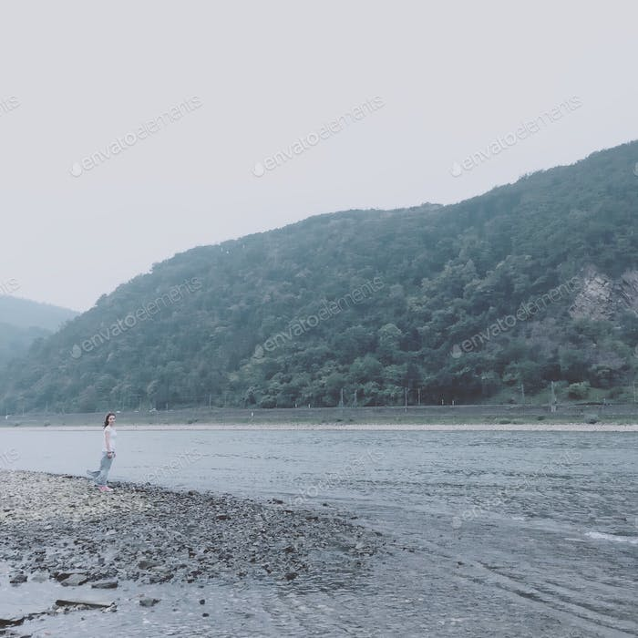 Frau am Fluss.