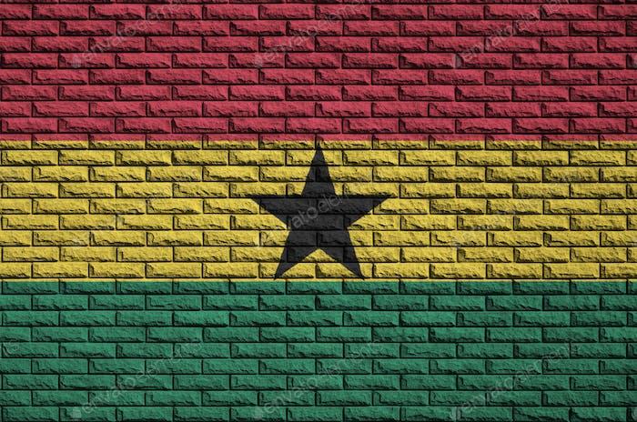 La bandera de Ghana está pintada en una antigua pared de ladrillo.