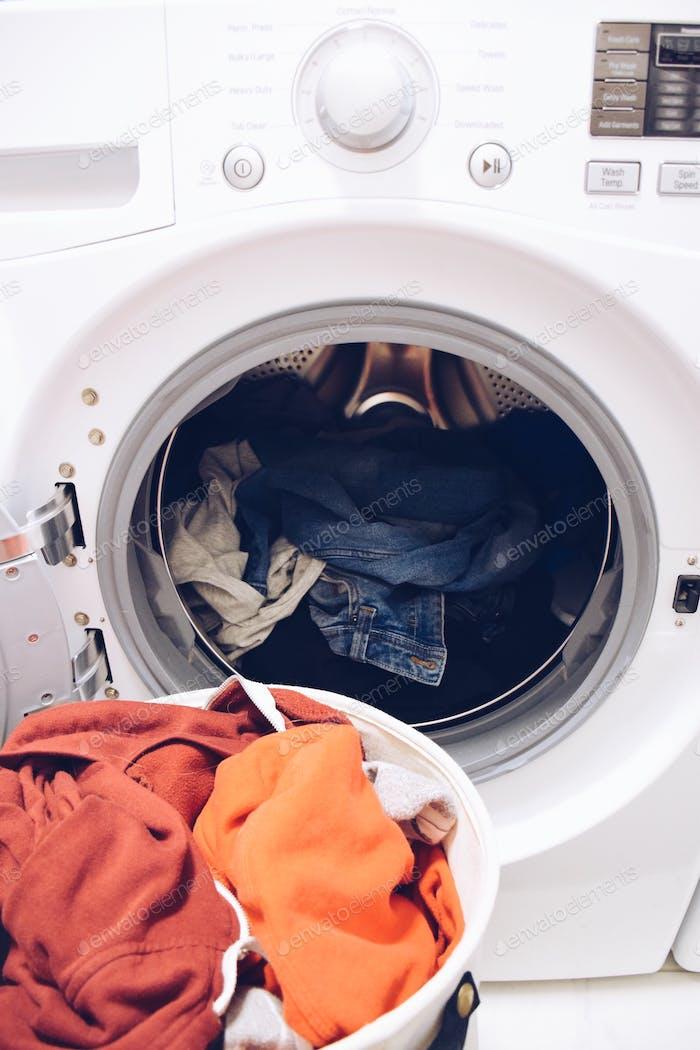 Día de lavandería. Lavadora y secadora, electrodomésticos principales.