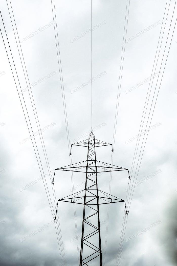 Stromdrähte als geometrische Linien. Hochspannungs-Stromkabel.