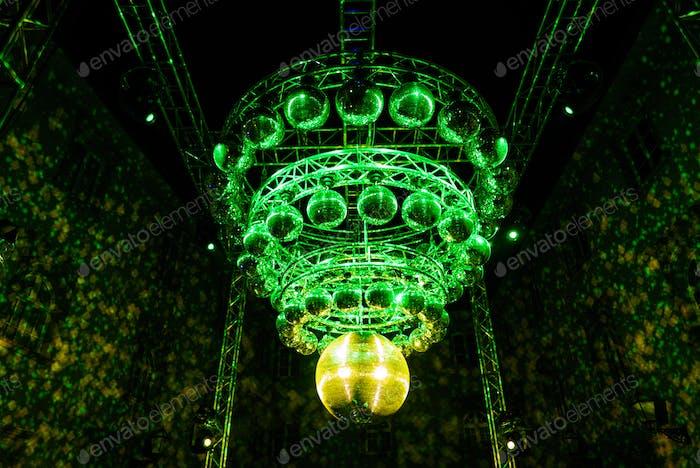 Grüne Discokugeln in Form eines Kronleuchters an einem Partyort.