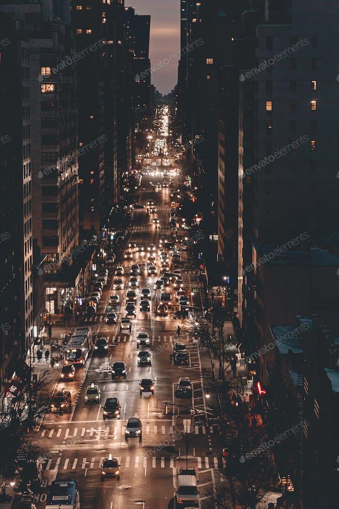 Tráfico en la ciudad de Nueva York. La vida nocturna. Coches. Atasco