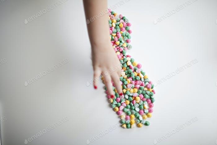 Bundesstaat Kalifornien geformt in Süßigkeiten mit einem Kind, das ein Stück schleicht