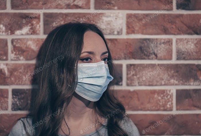 Mujer con mascarilla médica para prevenir la infección por corona COVID-19 y SARS cov 2