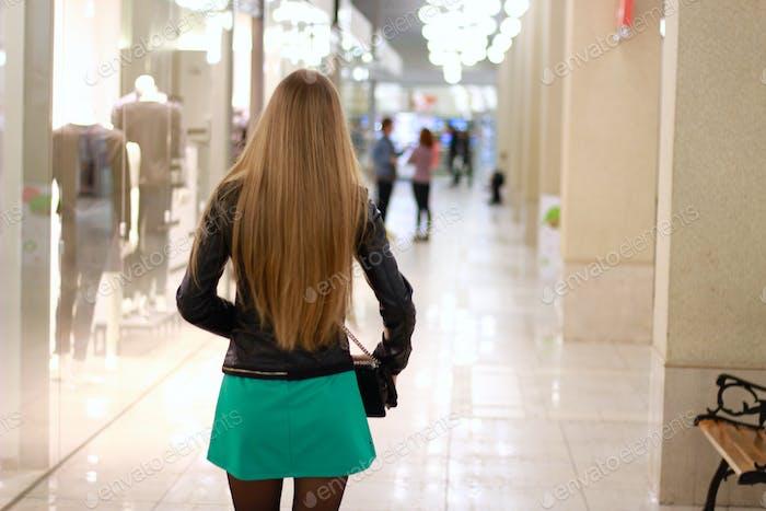 Ein Mädchen im Einkaufszentrum
