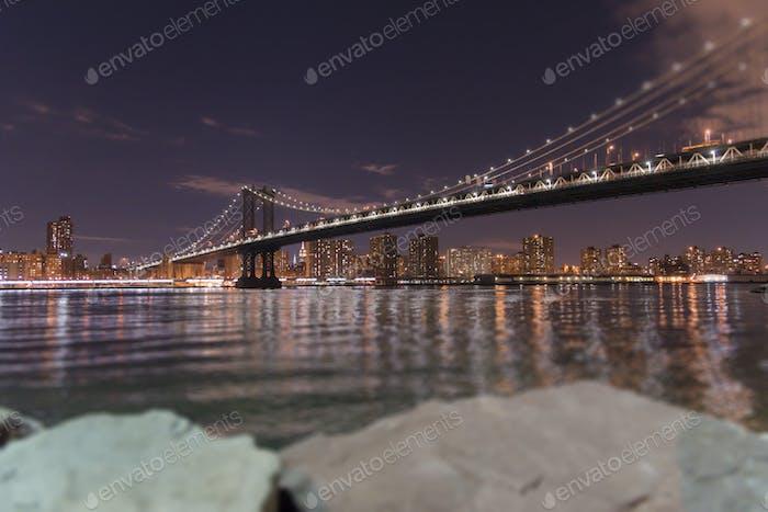 Bajo el puente de Manhattan por la noche