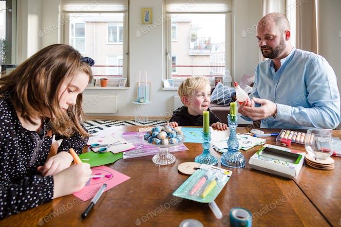 Familie zu Hause macht Kunst und Handwerk