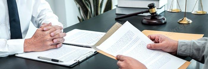 Abogado masculino discutiendo caso legal de negociación con el cliente reunión con contrato de documento en la oficina
