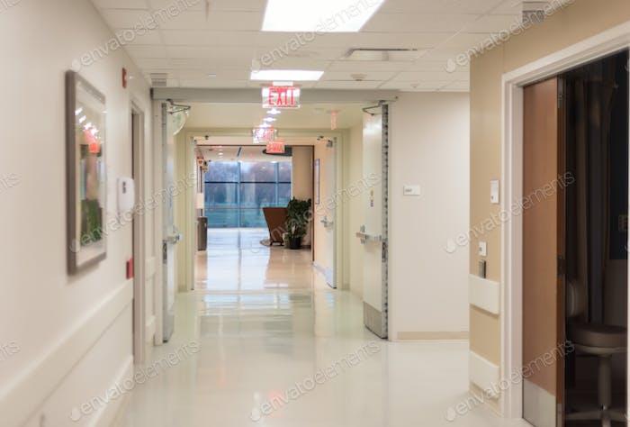 Steriler Krankenhaus-Korridor