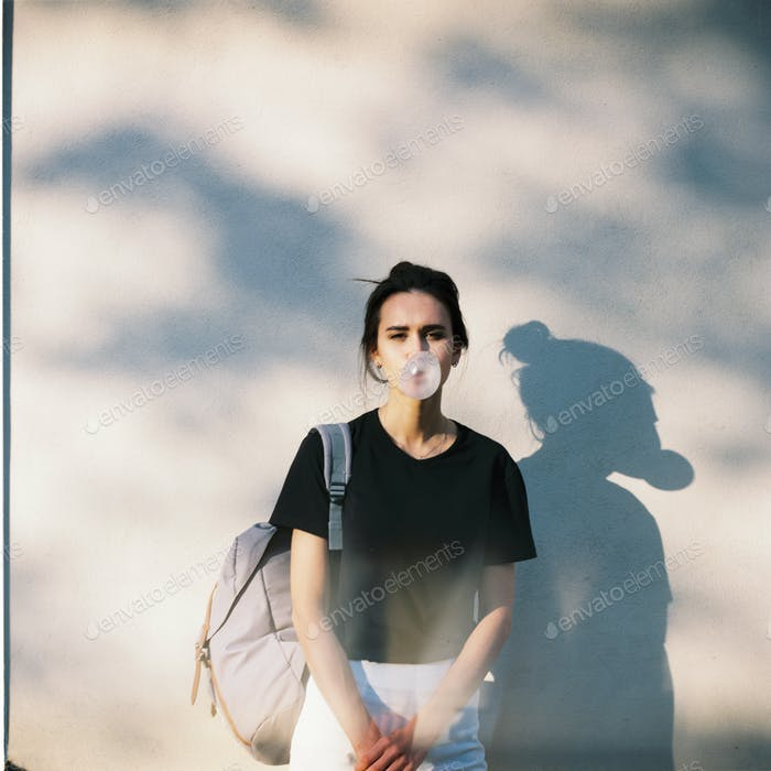 Mädchen isst Blase. Filmfoto 120mm