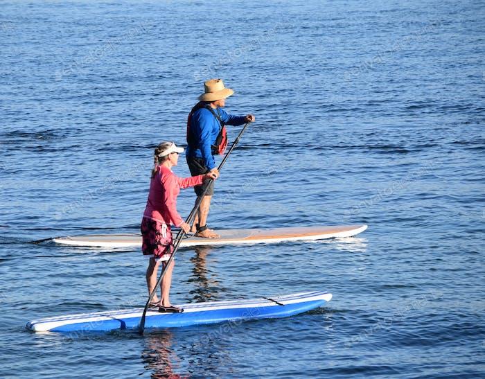 Aktive Senioren auf Paddelboards