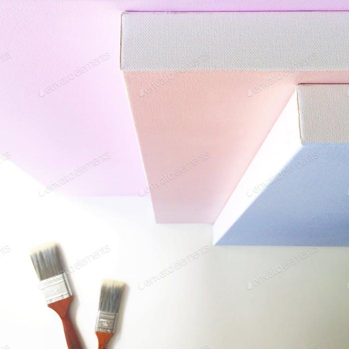Pastellfarbene Leinwände, bereit, mit Kunst bemalt zu werden. Weißer Hintergrund.