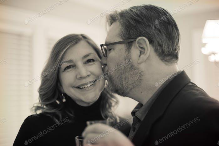 Mann küsst seine Frau am Jahrestag