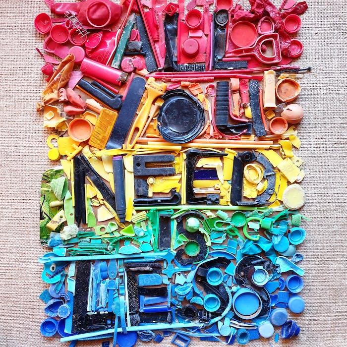 Alles, was Sie brauchen, ist weniger. = Kunst aus Kunststoff gefunden am Strand. Verschmutzung, Strand, Umwelt, global