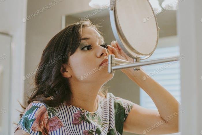 Mädchen tun ihr Make-up