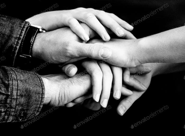 Las manos manteniéndolo juntas.
