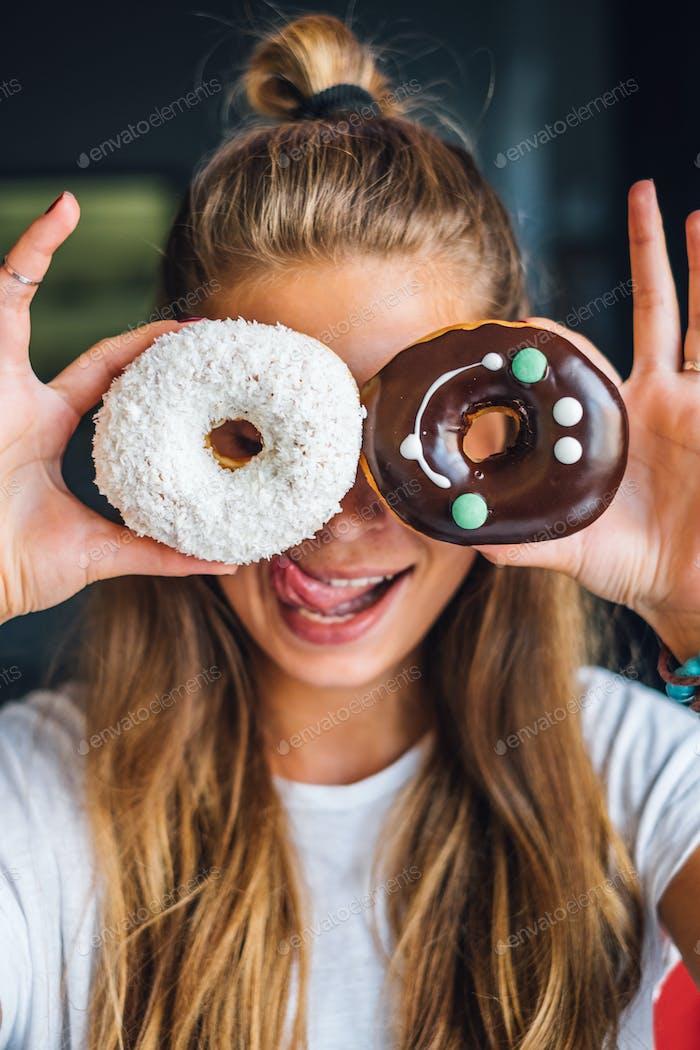 lustige Frau mit Donuts