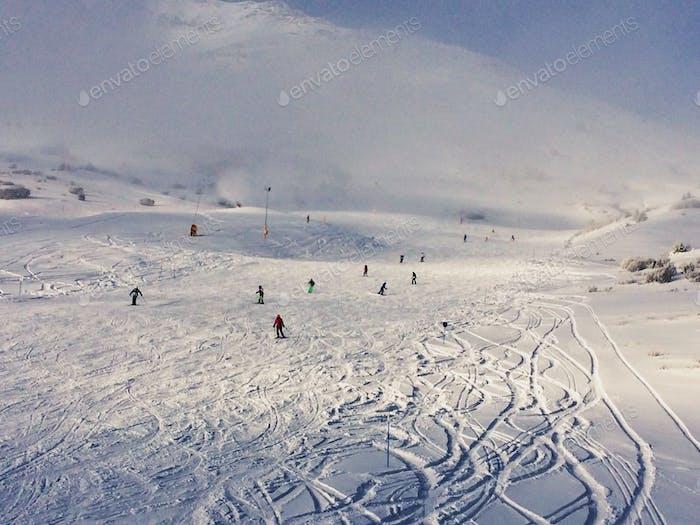Skipisten und Menschen beim Skifahren
