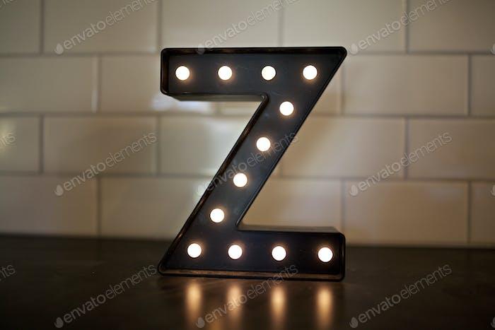 beleuchtet Buchstaben z auf einer Arbeitsplatte in der Küche