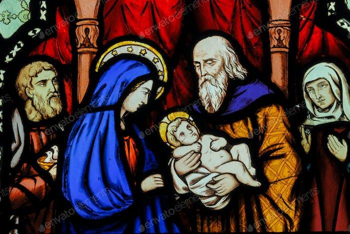 Religión y cristianismo. María y el niño Jesús representado en vidrieras en una iglesia