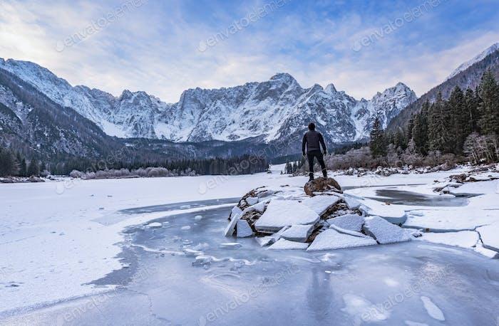 Mann auf dem eisigen See