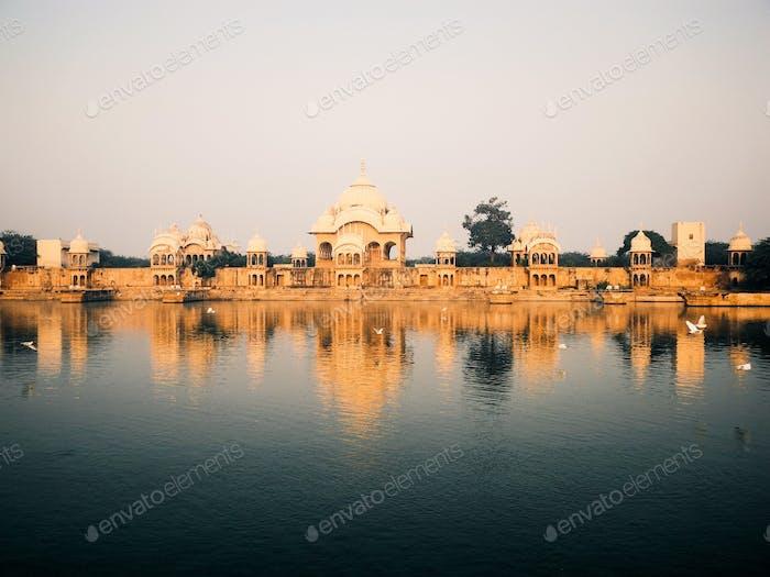 templo indio con estanque
