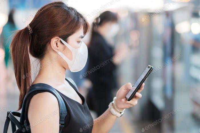 junge asiatische Frau trägt chirurgische Gesichtsmaske gegen Novel Coronavirus oder Corona-Viruserkrankung