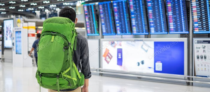Hombre con mochila en aeropuerto internacional