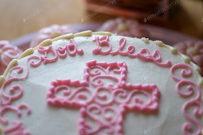 Nahaufnahme von wunderschön dekoriertem Taufkuchen für ein kleines Mädchen