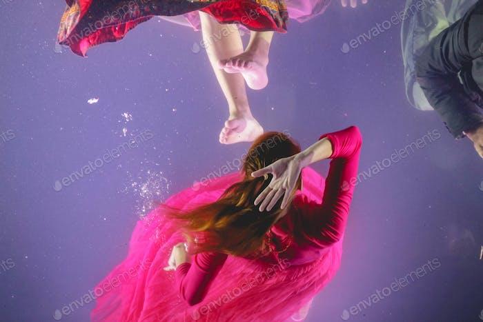 junge Frau in rosa Kleid unter Wasser, sinken, ertrinken, konzeptionell, Druck, Emotionen, Kämpfe